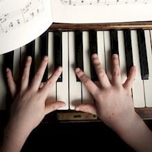 kinderhanden-op-piano-220x220