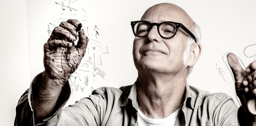 Einaudi tekent op glas