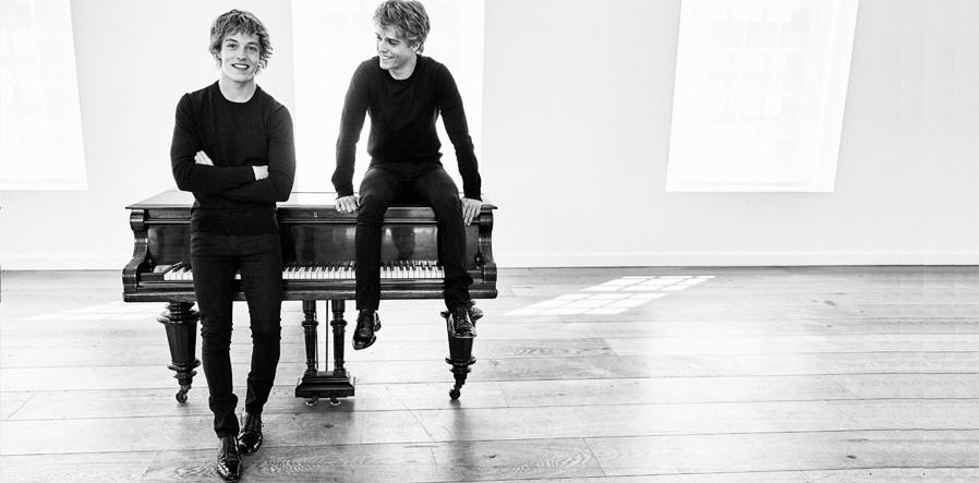 Lucas en Arthur Jussen bij piano