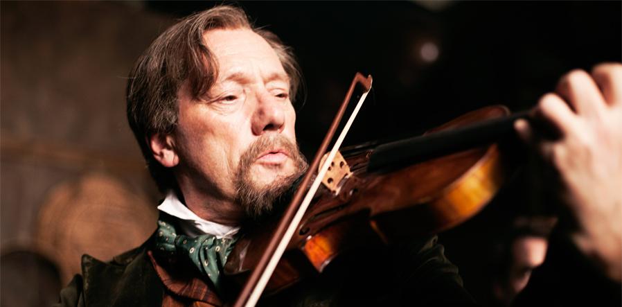 Gijs Scholten van Aschat als vioolbouwer Vedder in Publieke Werken