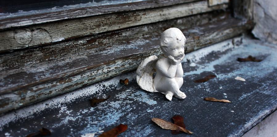 stenen engeltje op herfstig stoepje