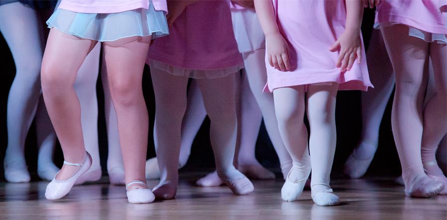 kinderbenen in balletpakje