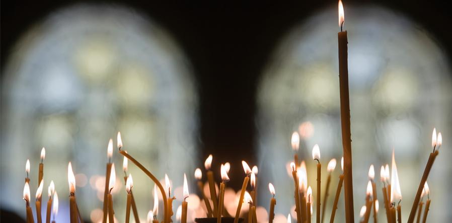Brandende kaarsen in kerk