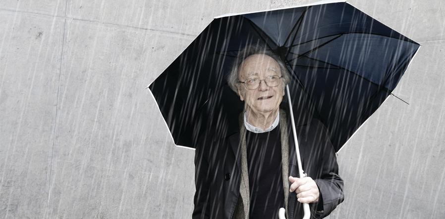 Alfred Brendel met paraplu