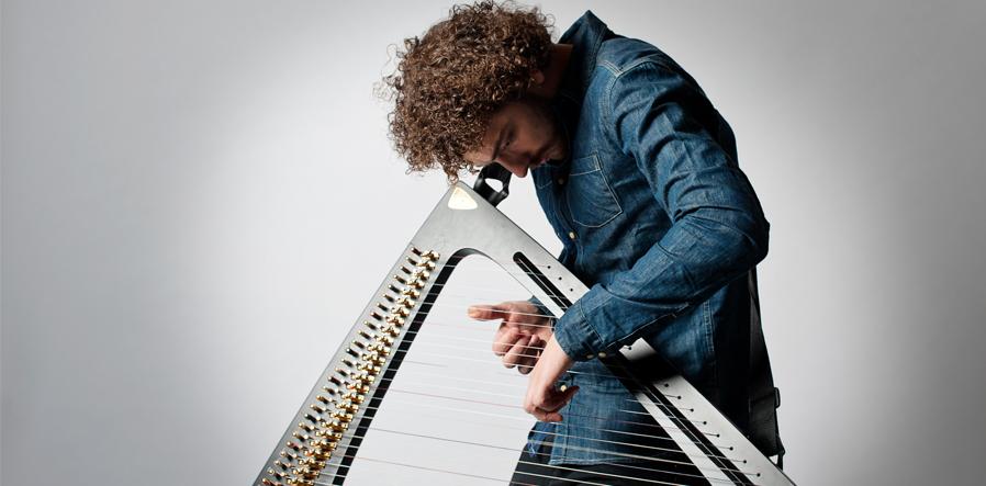 Remy over harp gebogen