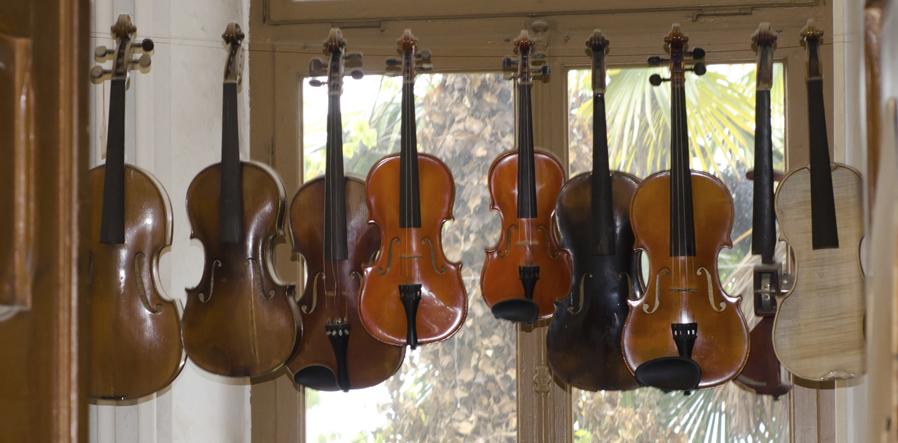 hangende violen bij vioolbouwer