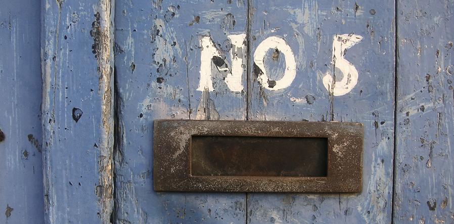 huisnummer op blauwe deur
