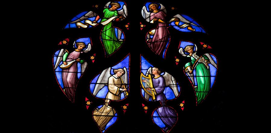 glas in lood met musicerende engelen